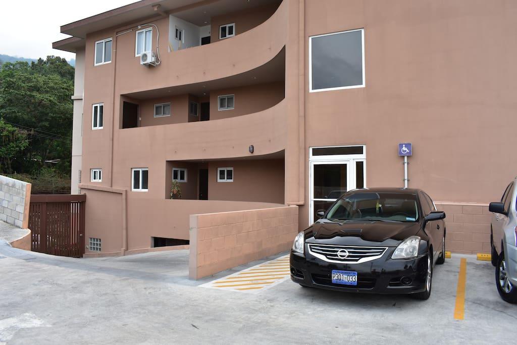 el parqueo a unos metros del apartamento, no gradas