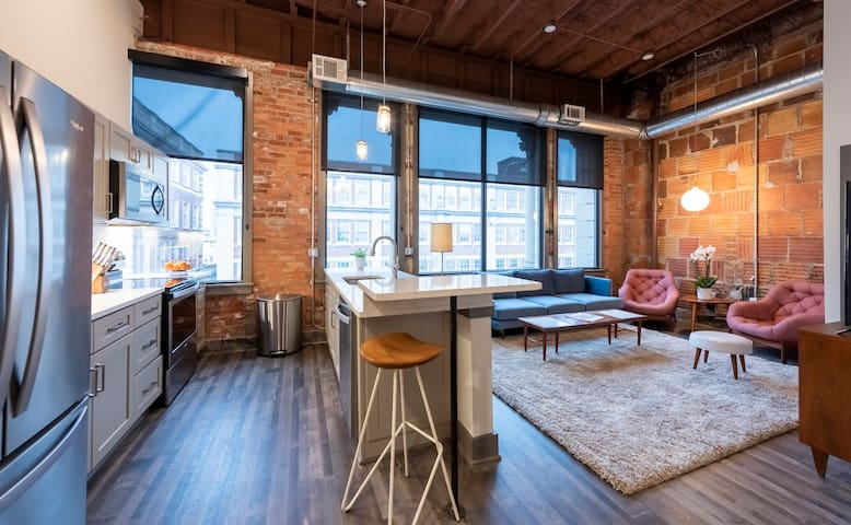 Luxury Downtown Executive Loft @ ABODES ApartHotel