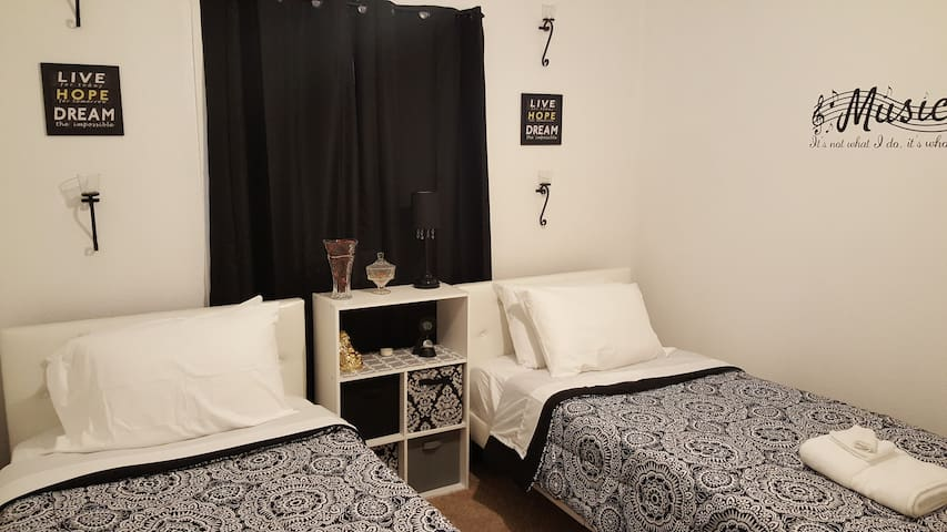 B1 Charming on a Budget Twin Bed (Hostel Style)