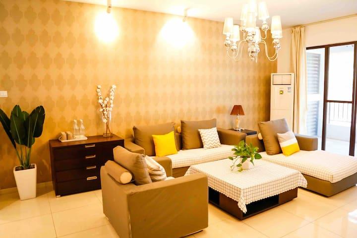 客厅有柔暖的沙发和大电视,连着一个大阳台。