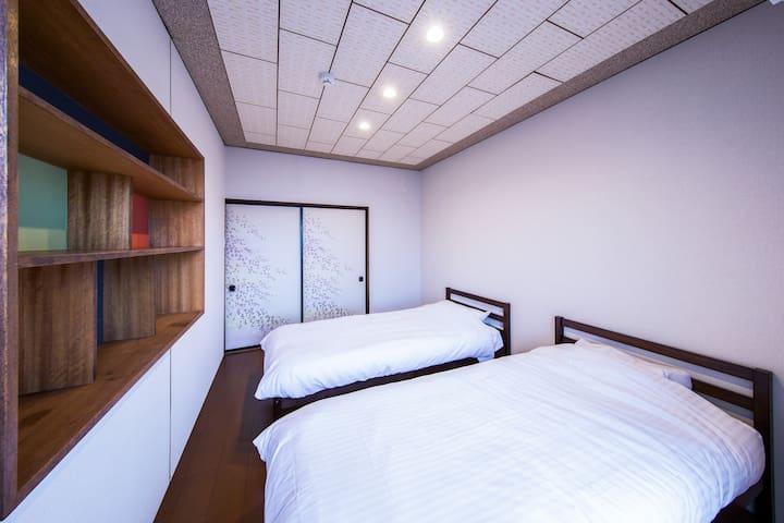 2階には日本の伝統的な和室に加え、明るく清潔感のある洋室を2部屋完備