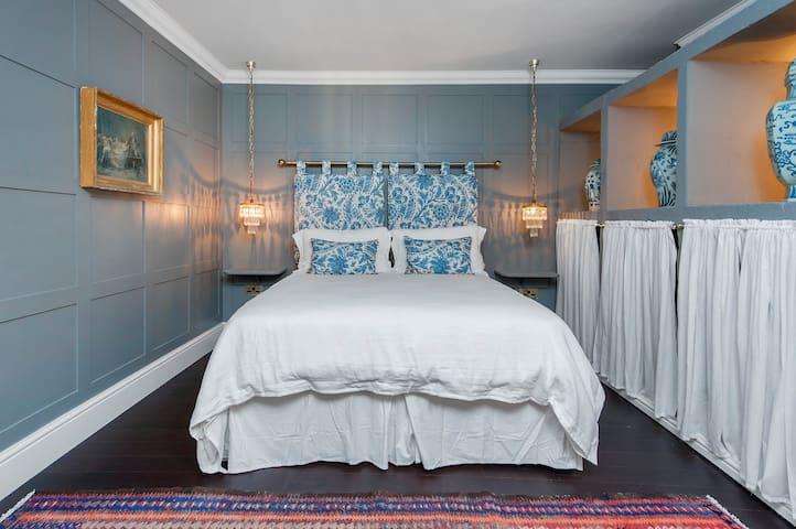 Central Luxury Bath Garden Apartment Free Parking
