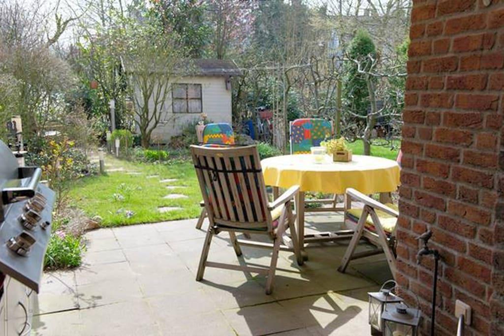 Bei gutem Wetter kann auch im Garten gefrühstückt werden.