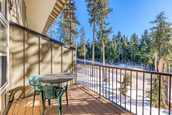 Dog-friendly condo w/ chef's kitchen, shared pool, & hot tub - close to skiing