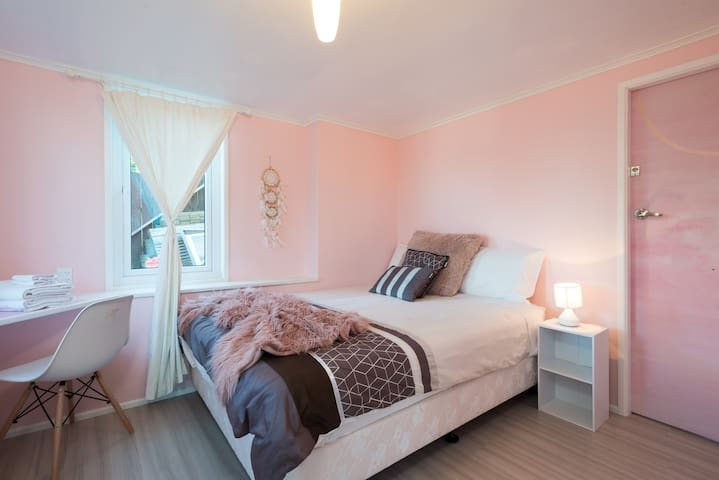 Bedroom n°1: The Pink room with desk and 2 windows
