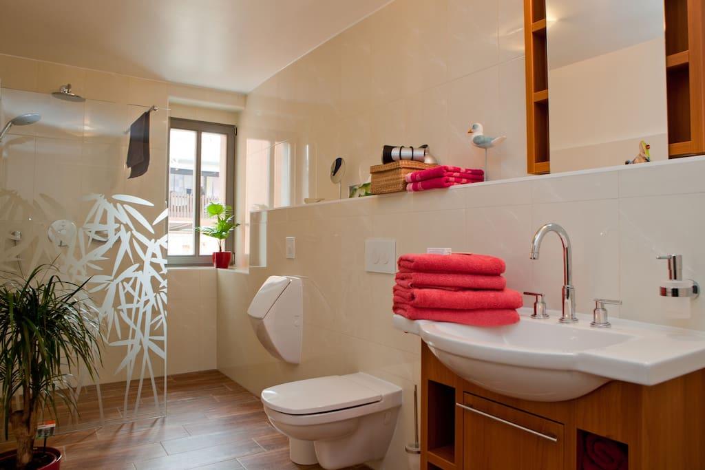 Im Badezimmer können Sie sich in aller Ruhe auf den nächsten Ausflug vorbereiten.
