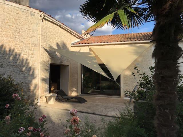 Maison rénovée avec piscine couverte