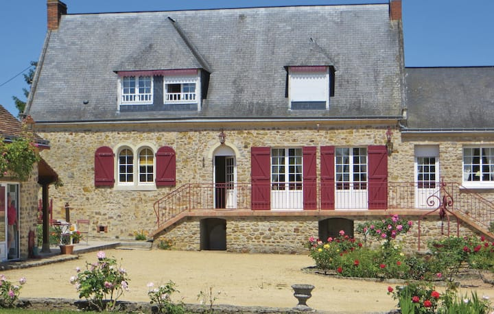 Awesome home in Juigne Sur Sarthe with WiFi and 4 Bedrooms