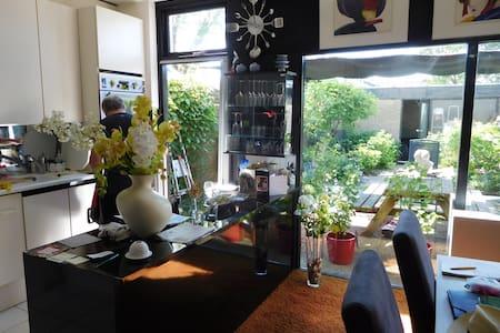 Modern ingericht gezinshuis met tuin en dakterras. - Landsmeer - Dom