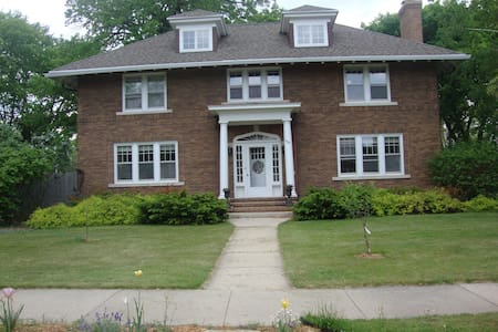 3rd floor of 1929 home, sleeps 5. - Neenah