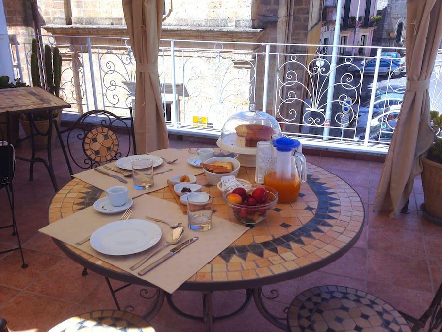Colazione in terrazza con frutta fresca, succhi, marmellate e dolci preparati in casa