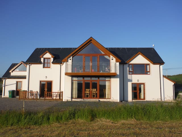 Room available in private home - Tragumna - Bed & Breakfast