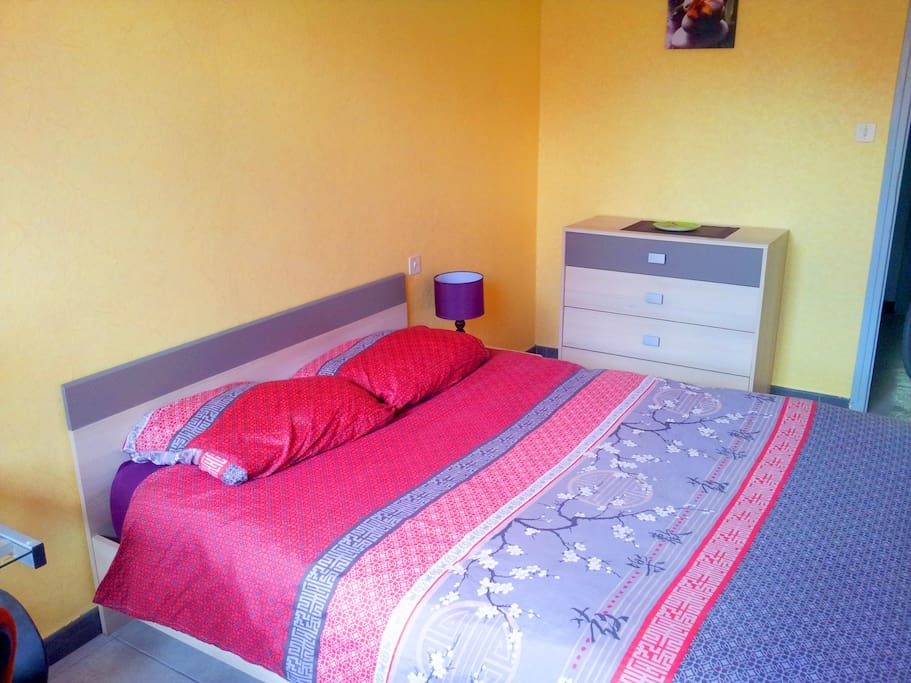 Chambre 2 : chevet, 2 lampes, commode