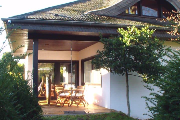 Walmdach Bungalow am Waldrand in Neuss - Neuss - Hus
