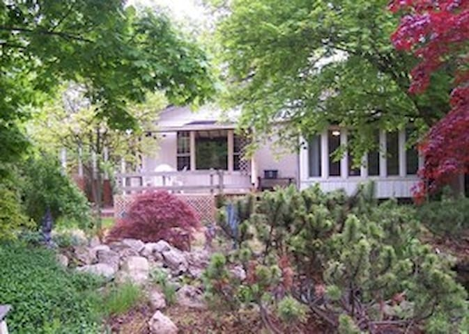 Two bedroom Secret Garden Cottage - Niagara-on-the-Lake - Huis