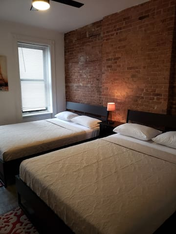 Large Room With 2 Queen Beds Close to Metro