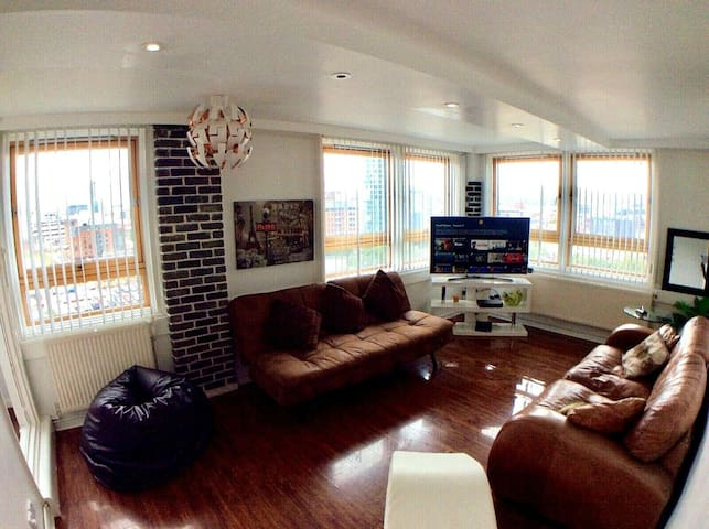 ☆Spacious Central Apartment + View + Free Parking☆