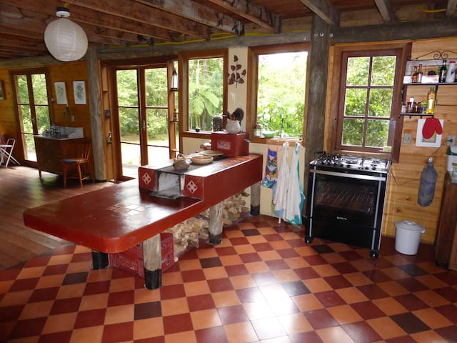cozinha com fogão de lenha e a gaz