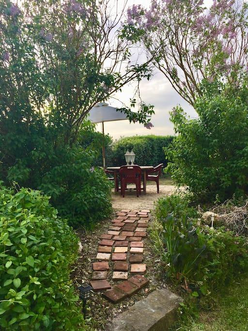 Jardin privatif : parasol, barbecue, des bougies à l'intérieur de la maison pour des dîners extérieurs