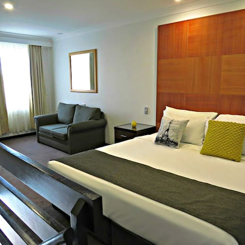 King Loft Spa Suite - Goulburn