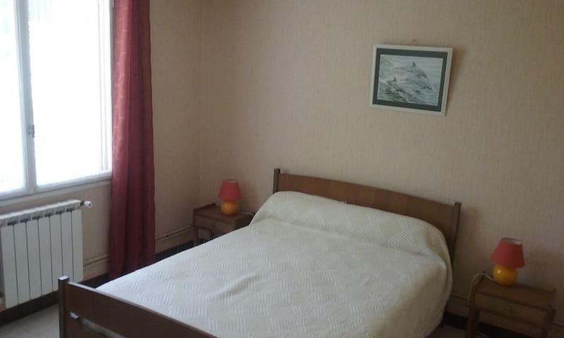 Chambre jaune exposée Sud - lit double 140 avec lit-parapluie à la demande