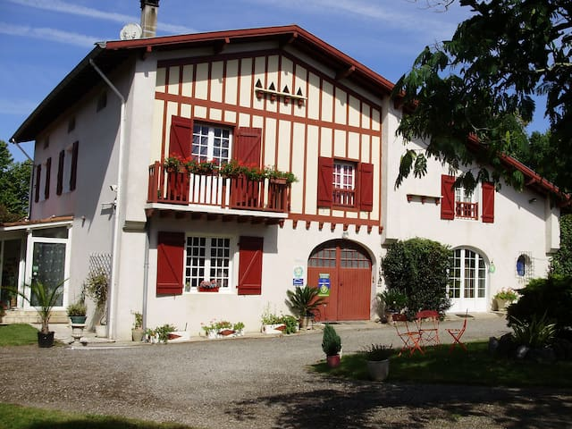 Chambres d'Hôtes La ferme Hondouan - Biaudos - ที่พักพร้อมอาหารเช้า