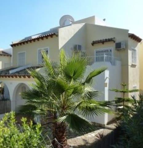 villa sur 2 étages 3 chambres, 2 sdb, avec jardin, balcon, solarium, terrasse vu golf