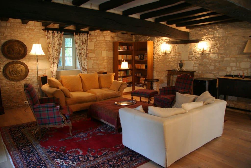 Un salon spacieux, aux canapés confortables et moelleux, pour un séjour détente