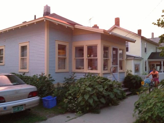 Charming Old North End bungalow - Burlington - House