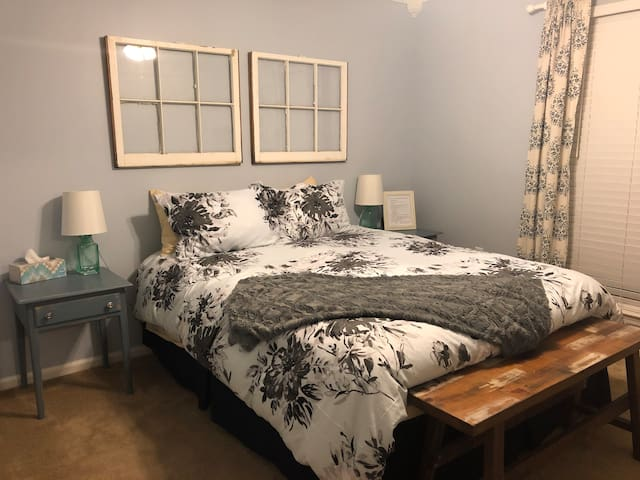 Cozy Private room w/ Parking, 25 min drive to SAV!