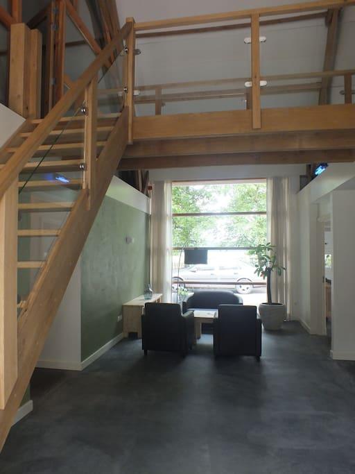 entree en de trap naar het appartement