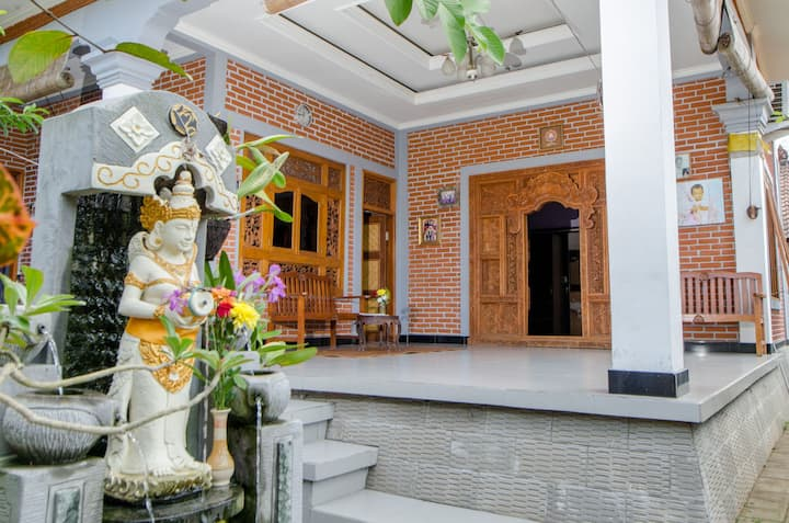 Cozy Balinese Home, central location, local vibes