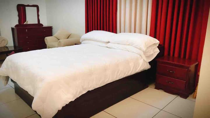 (E)Spacious hotel like Bedroom, Queen bed, A/C