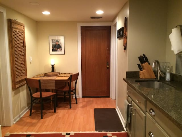 Charming Basement Apt in 1886 Judkins Park Home!