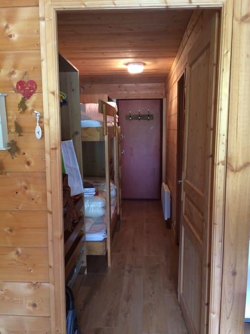 Couloir avec 2 lits superposes
