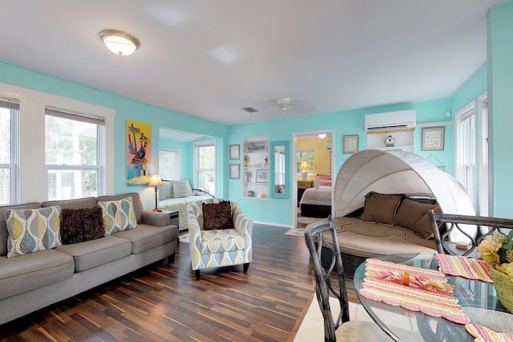 Cozy cottage w/easy access to the beach, shopping, dining, and more