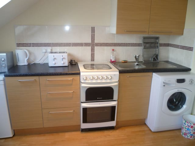 LONDON 1 BED FLAT, 18 MINS TO CITY, SLEEPS 2-5.