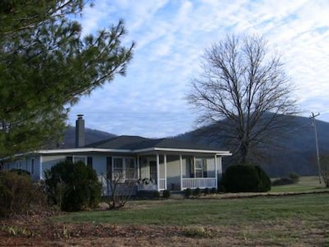 Rockfish Valley Farm guest house ; scenic