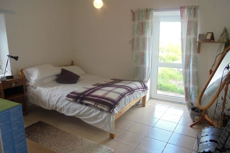 Beach side family home   - Claddaghduff - Bed & Breakfast