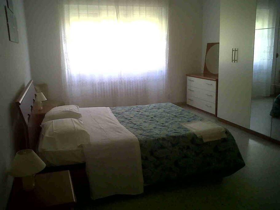 camera 1camera 1 con finestra ampia letto matrimoniale armadio a 6 ante como' comodini e possibilità di aggiungere uno o due letti singoli