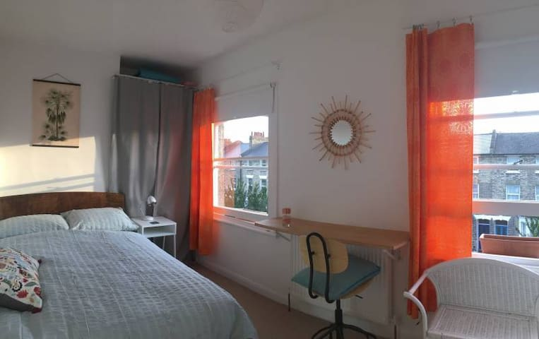 Bright ensuite room - excellent transport links