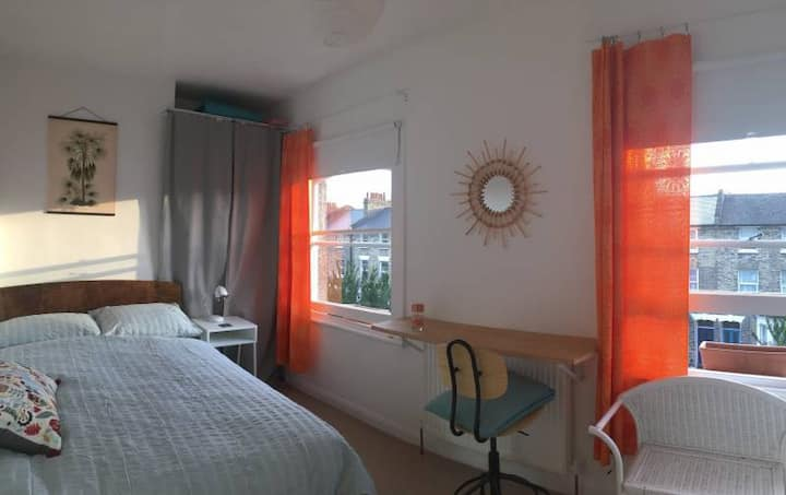 Bright en suite in townhouse close to station