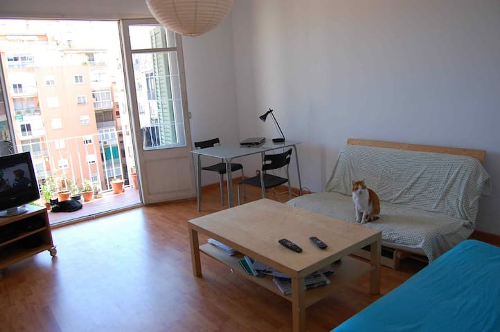 Bedroom with a double bed - Barcelona - Apartment