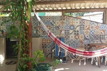 Estúdio integrado à natureza, com espaço gourmet.