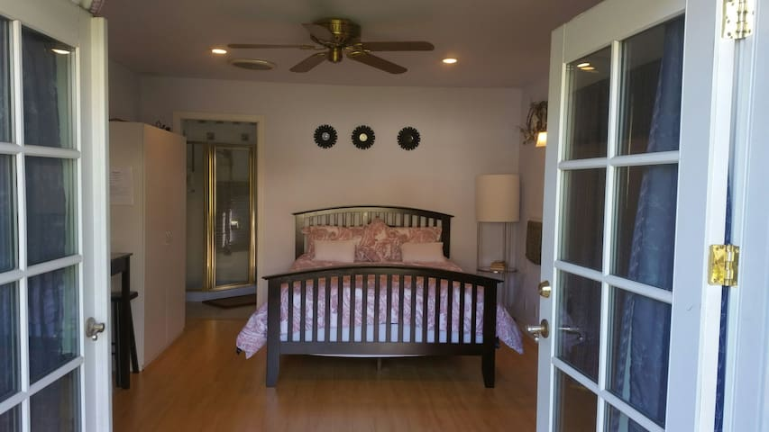 Queen size bed! Also have a single roll away bed for extra guests
