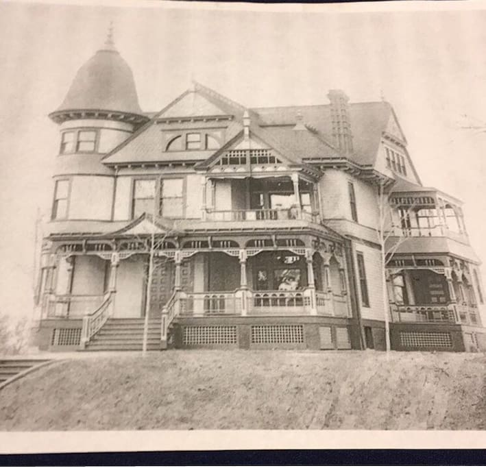 Original photo of the home in 1889.