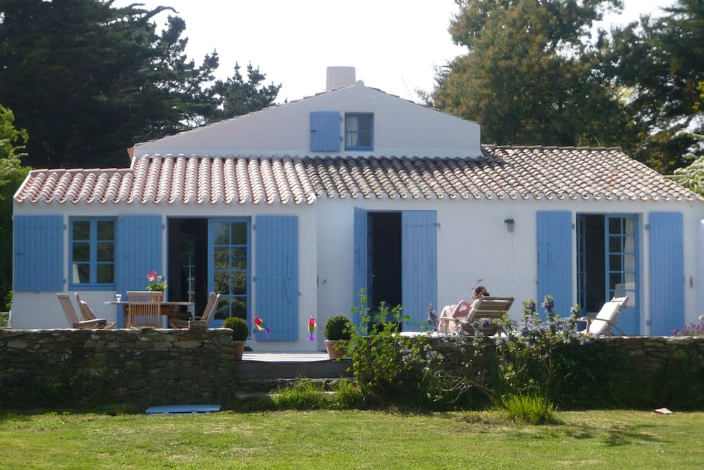 Vue maison et terrasse côté jardin
