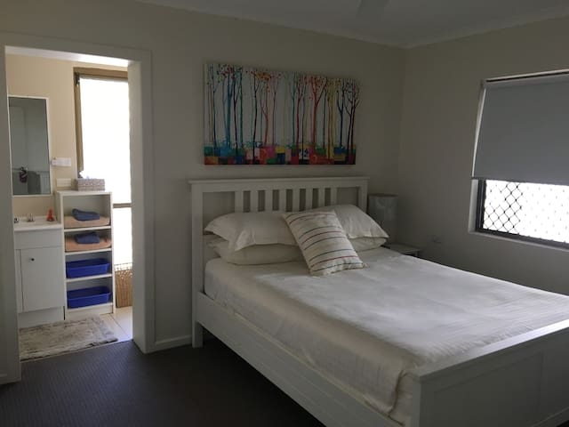 Hervey Bay - Queen Bed with Private Ensuite