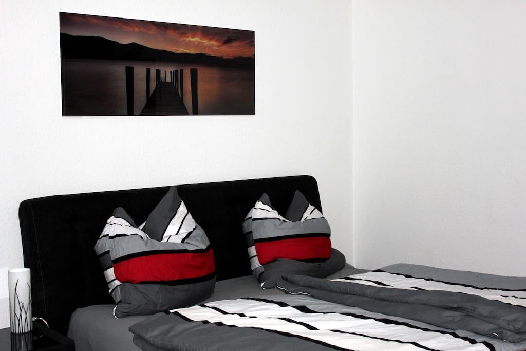 Schlafzimmer mit King Size Bett und Sat TV
