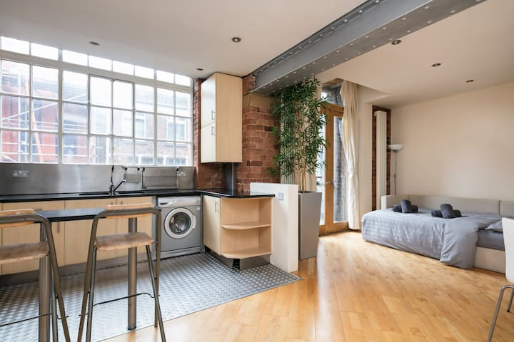 Cool City Centre Loft Apartment with Balcony!
